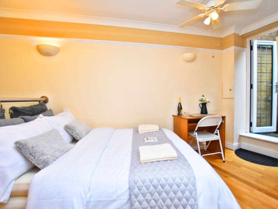 Photo: luxury double room with private bathroom and private garden. Include: towels, bedding, wifi connection, 24/7 check in system and central heating.