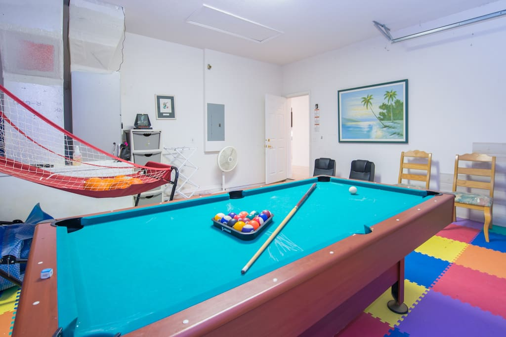 Game room w/pool table, basketball shooter, etc.