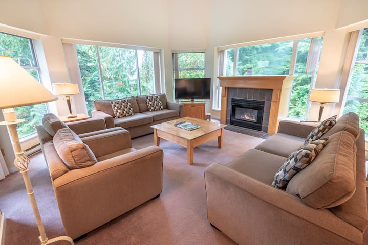 Blackcomb Slopeside 2 BR Suite w/ Pool+ Hot Tub