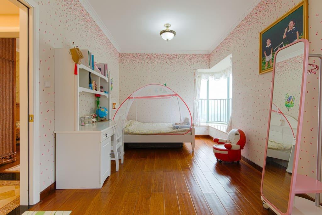 这间房是二间房合二为一,非常宽敞亮堂,满满少女系!