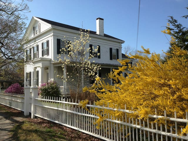 Greek Revival in Historic Wickford - North Kingstown - Huis