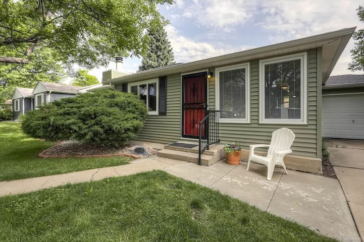 Entire 2 bed/1 bath home in Edgewater!