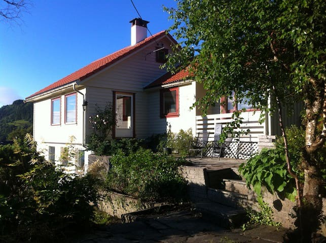 Beautiful house, 15 min from the centre of Bergen! - Bergen - Casa