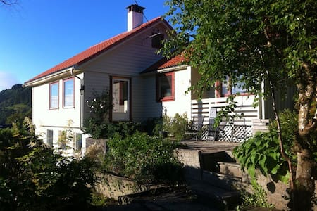 Beautiful house, 15 min from the centre of Bergen! - Берген - Дом