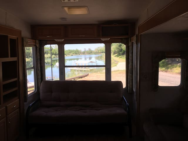 large 5th wheel on private lake - Anderson - Camper/RV