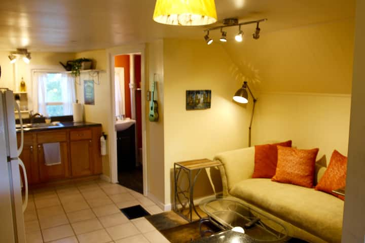 Charming, quiet and hip apt. Great neighborhood!