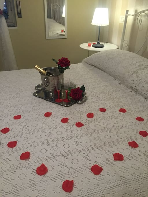 for a small fee you can find the room prepared in a romantic atmosphere with decorations of petals and sparkling wine on your arrival