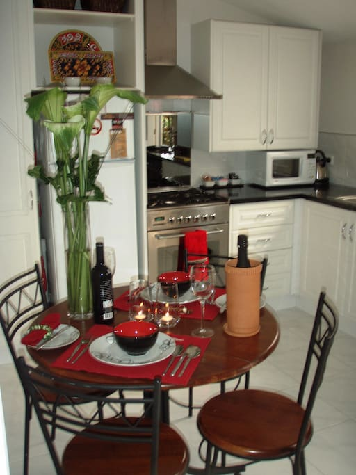 Fully equipped kitchen for any gourmet cook, or order in from many fine restaurants only 5 mins away.