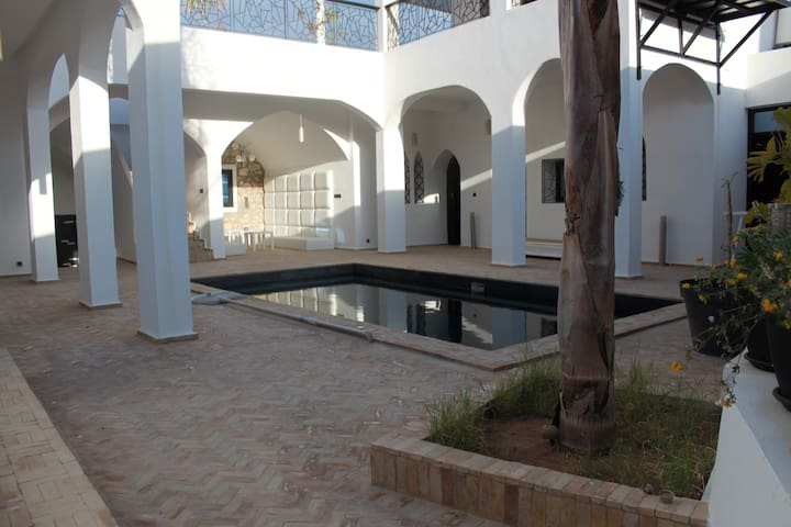 RIAD  piscine, jacuzzi 10pers - Tamraght - Huis