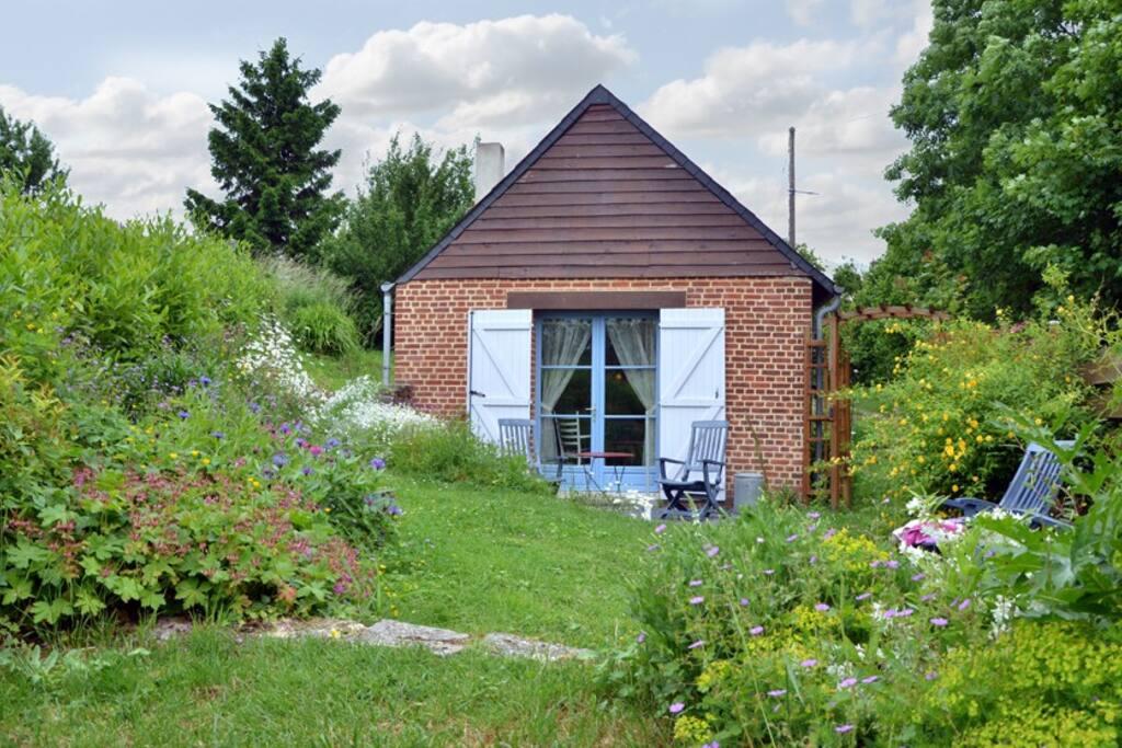 Het huis is omgeven door een fijne tuin waarin je ongestoord in de zon kunt zitten.