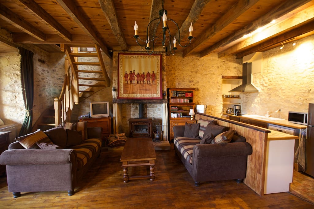 Spacious house with original character and modern facilities. In addition to the large wood burner, there is an efficient electric heating for winter. Cool in summer and cosy in winter