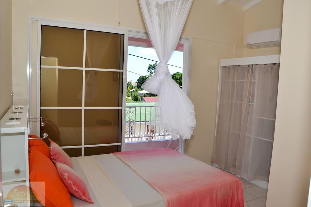 Chambre agréable avec rangements donnant sur le balcon