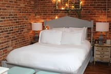 Queen size bed/Private bedroom