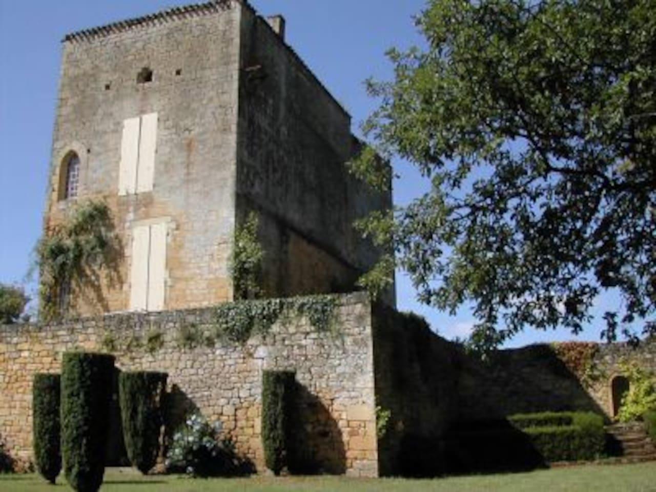 The tower of Le Donjon. La tour du Donjon.