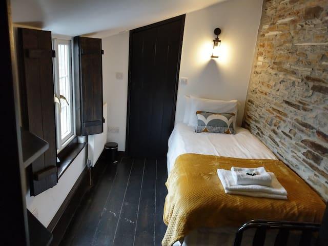 Single en-suite room in 14th Century tavern