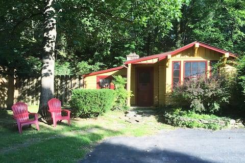 Romantic 1 bedroom cottage, pet friendly