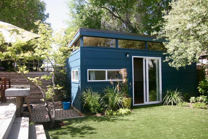 *Brand new* sunny Temescal backyard cottage