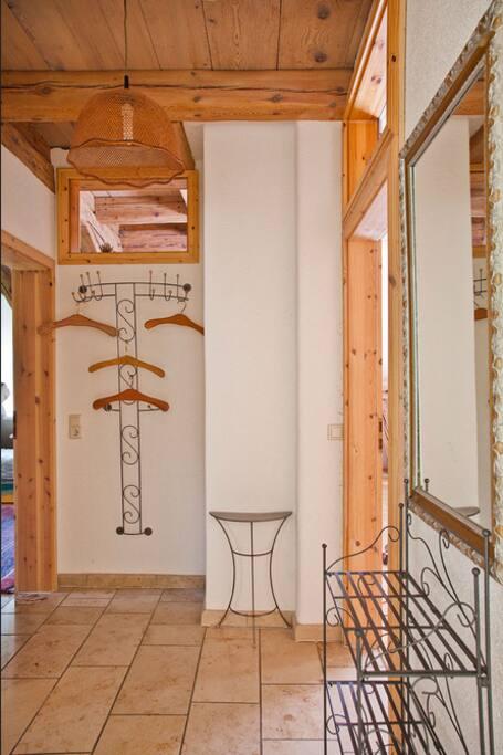 Eingangsbereich mit Garderobe und Schuhregal