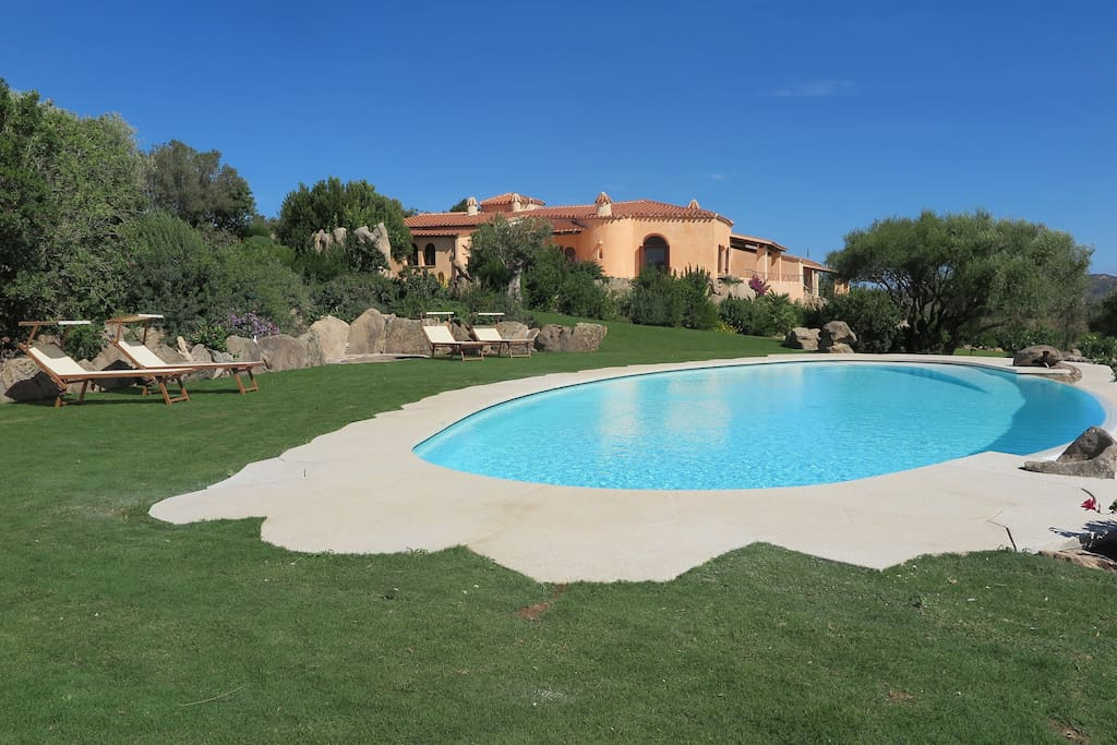 La villa dalla piscina. The villa from the pool.