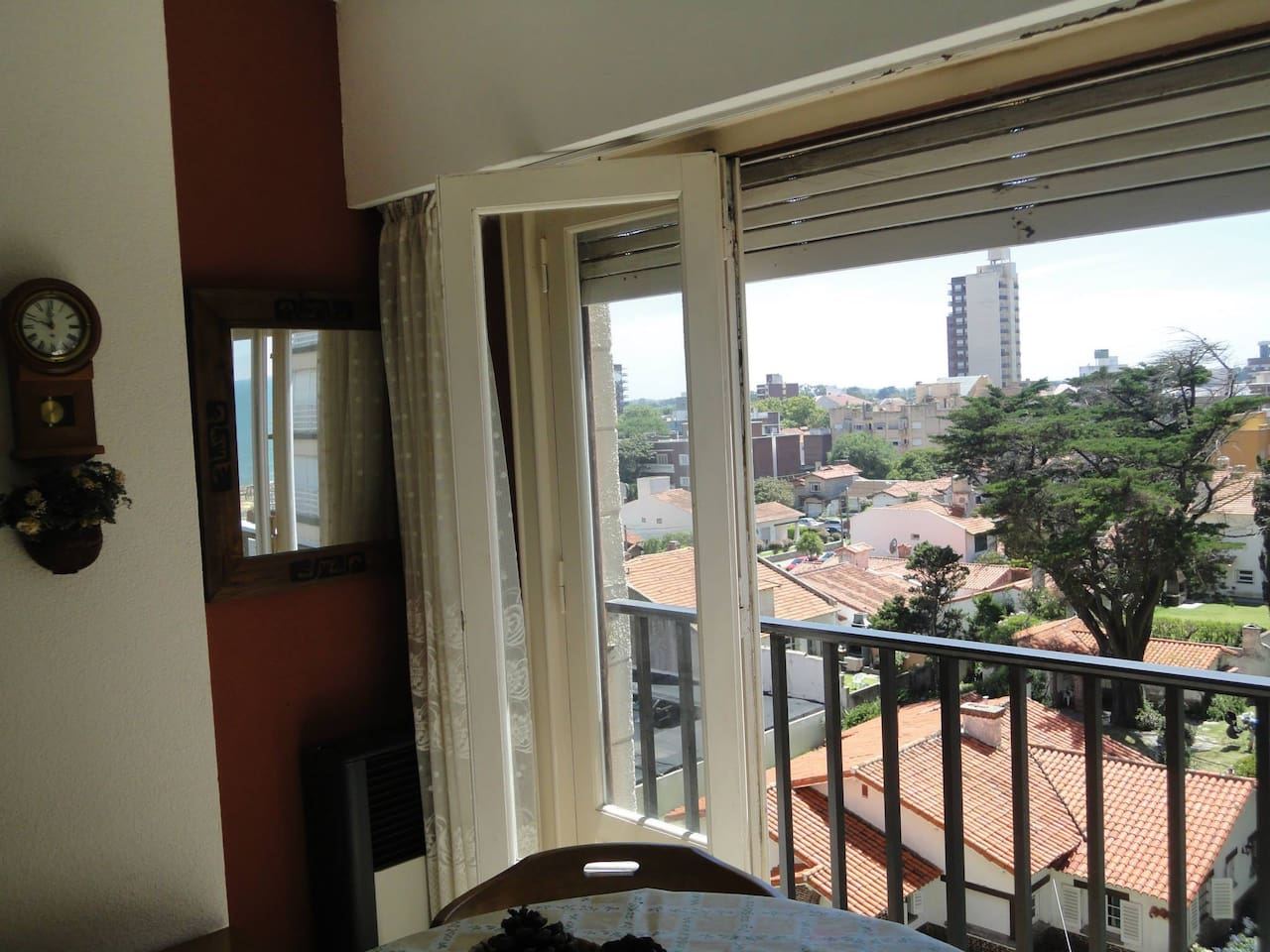 Amplio ventanal a la calle con balcón francés. Vista a la ciudad y al mar.
