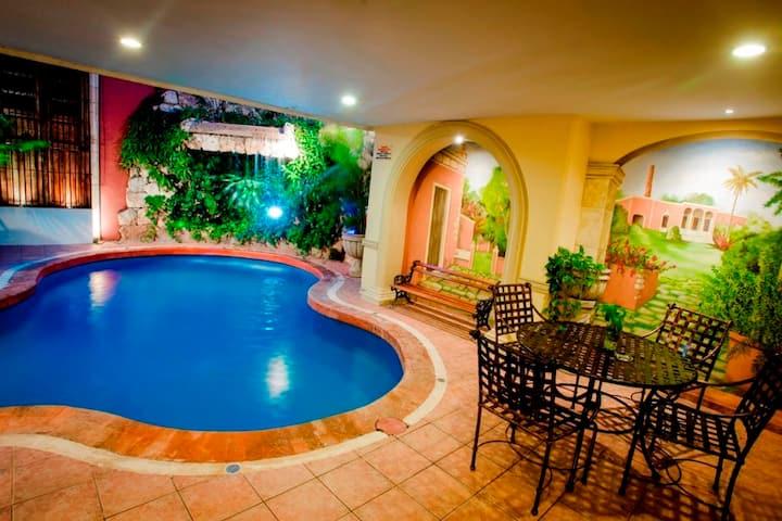 Cómoda habitación con vista a la hermosa piscina