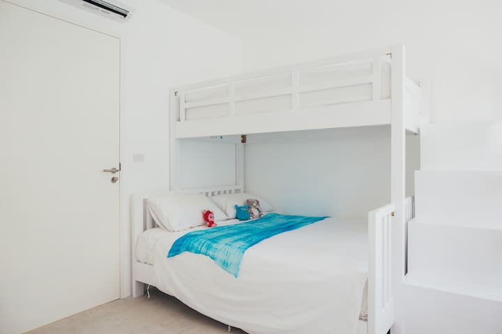 Bunk bed combining a queen bed-size with a single bed to accommodate an adult or kids