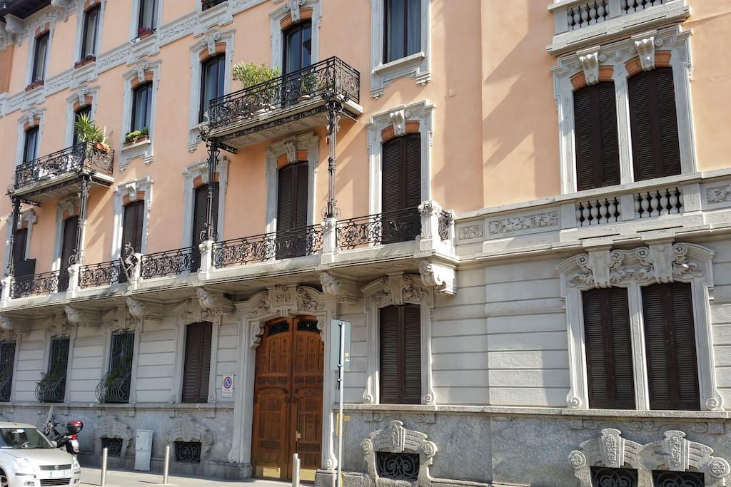 Facciata dello stabile dove si trova l'appartamento con preziosi dettagli in stile Liberty dei primi '900