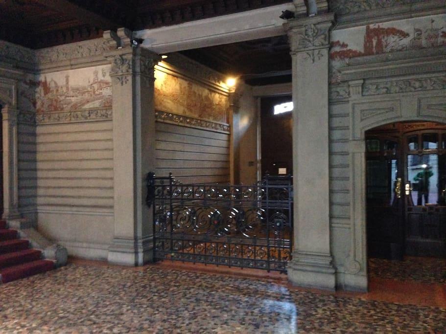 Vista ingresso dello stabile dove si trova l'appartamento dai dettagli preziosi in stile Liberty primi '900 fotografassimo da tutti i turisti