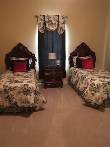 Beautiful room with 2 twin beds - Caldwell