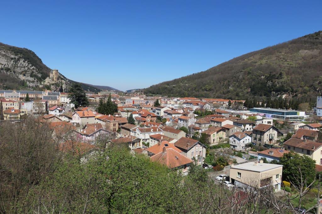 Depuis le logement, vue sur la ville et le château de Foix.