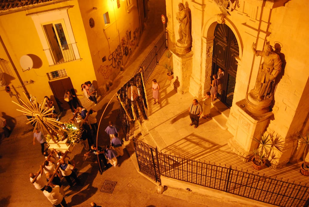 Una vista dal terrazzo in occasione di una processione religiosa.