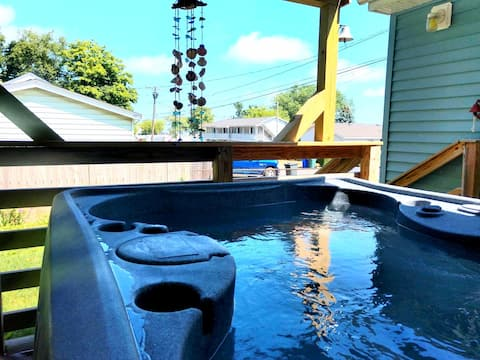Lakeview Cottage with Hot Tub, BBQ and Fire Pit!