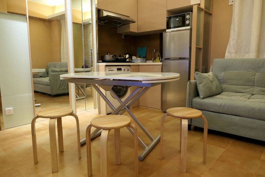 Expandable table can serve up to 8 people. 餐桌可伸展至8人使用。