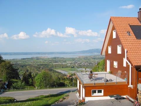 Helles Studio mit Panoramablick auf den Bodensee
