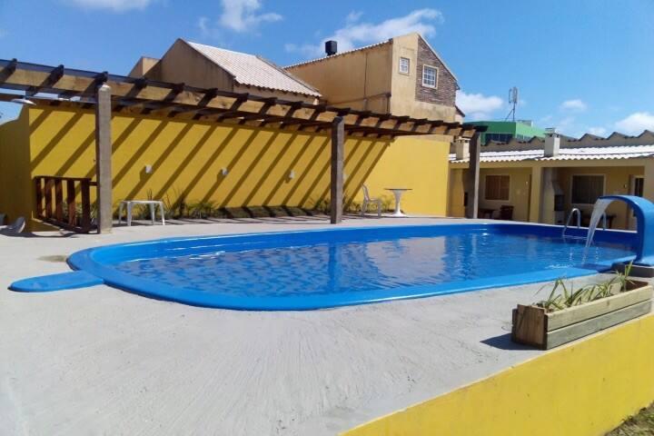 Sobrado 1 quadra da praia, garagem, piscina.