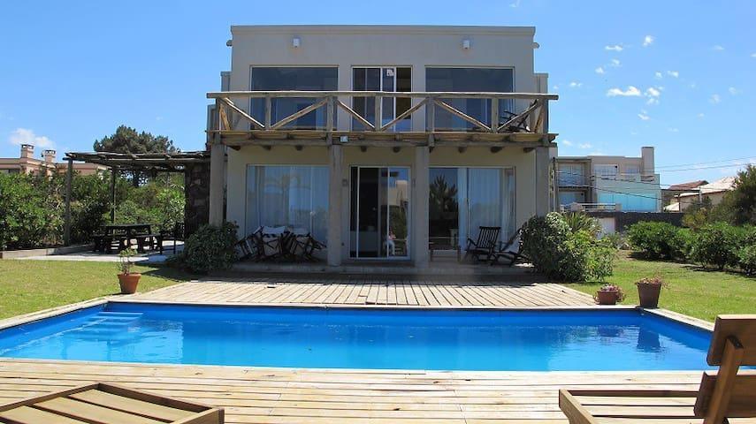 Casa con piscina a mts del mar  y de un golf club - Punta del Este - House