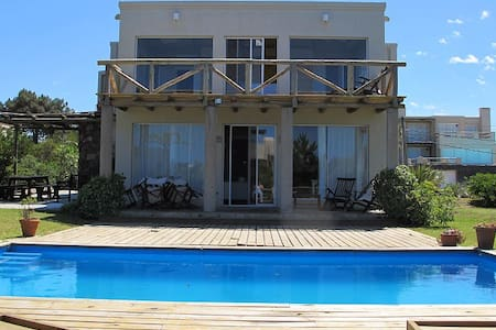 Casa con piscina a mts del mar  y de un golf club - Punta del Este