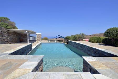 Sunny villa with a swimming pool and a sea view - Kéa - วิลล่า