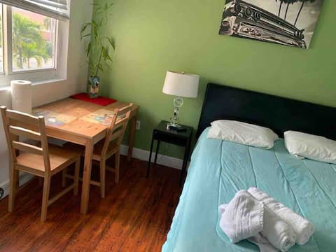 Cozy private bedroom and bathroom - Dolphin mall