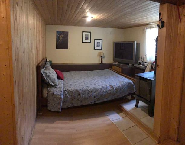 Chambre 3 au sous-sol, lit double