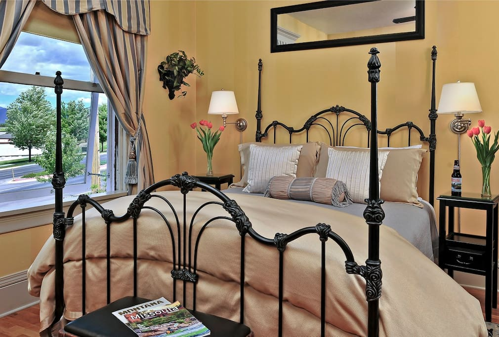 City Room. Queen Bed Private bath with shower