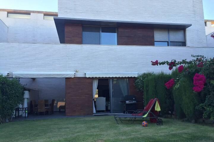 Casa adosada urbanización de lujo, cercana a playa