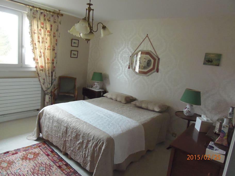 Chambre avec lit de 160 x 2m