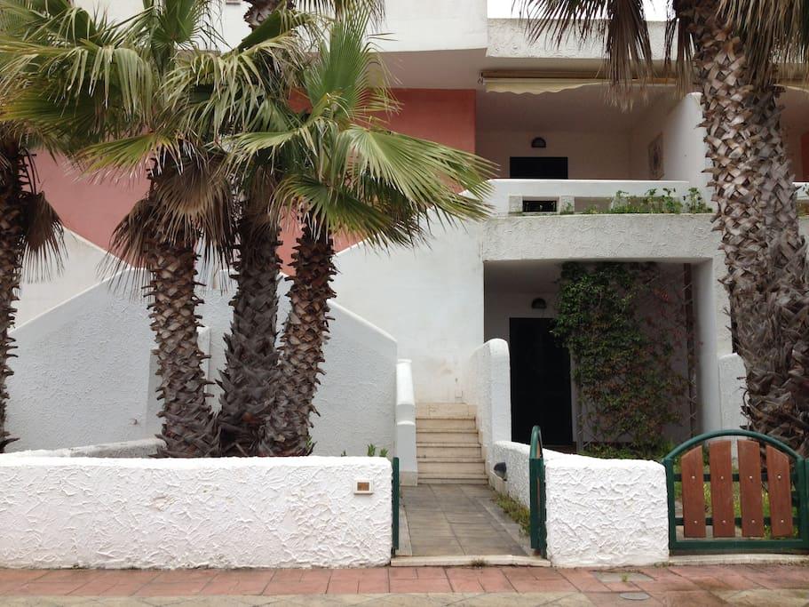 L'ingresso, con la scala che conduce in veranda e il cortile con doccia esterna