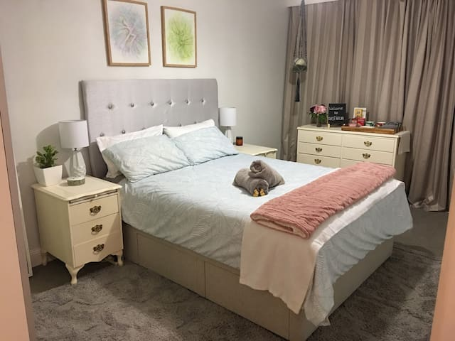 Chic Queen B&B with Ensuite & Private Entry