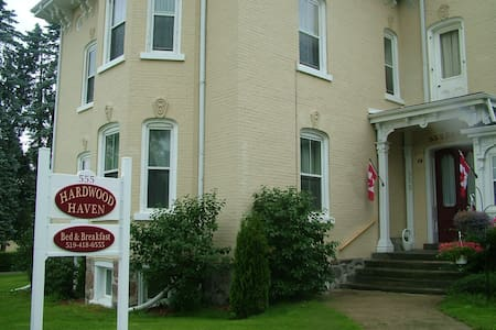 comfort and elegance near downtown Listowel