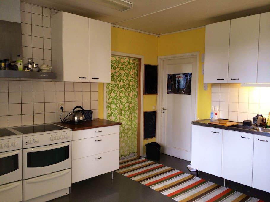 Stort och rymligt kök med två ugnar, kyl, frys, mikro och diskmaskin.
