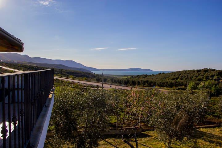 La vista del lago di Varano, dalla terrazza