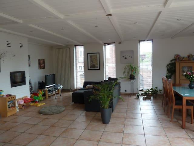 180m2 (au 1er étage) + jardin, terrasse, garage.