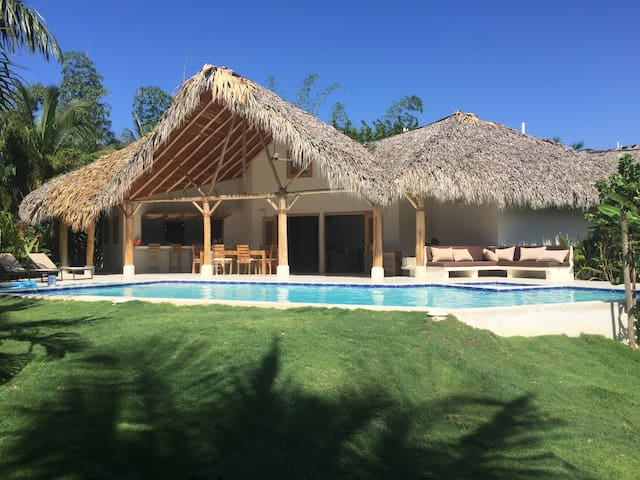 Villa with swimming pool close to the beach
